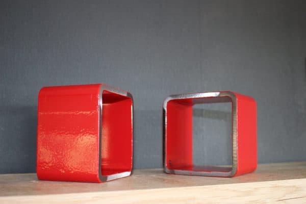rode metalen boekensteunen